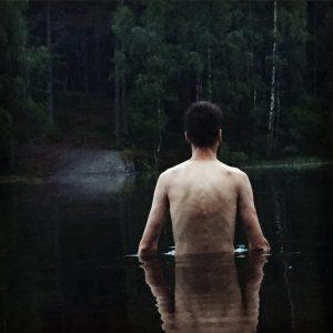 Tar steget ut i vannet.